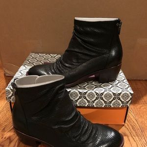 Isola Sancia black leather boots size 9 new